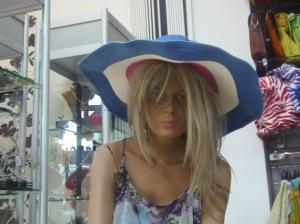 Is er dan niemand die deze onnozele hoed van mijn hoofd wil nemen? Hij past me absoluut niet, ik voel me zo belachelijk als wat...