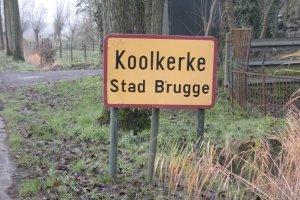 'Koolkerke', my dear, is een rustig plattelandsdorp dat langzaam ingepalmd wordt door de stadsuitbreiding van Brugge. Met enige spijt zien we talrijke landbouwakkers verkaveld worden tot lelijke nieuwbouwwijken. Waar hebben wij hier ook niet gebouwd, toen?