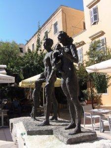 Monument op een marktje van Corfu stad ter ere van de duizenden Joden die tijdens WO2 werden gedeporteerd en laffelijk werden vermoord